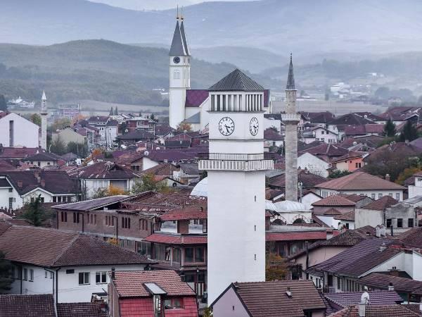 kerk moskee en klokkentoren in de oude stad van Gjakova