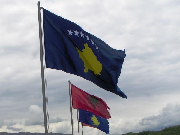Kosovaarse en Albanese vlaggen