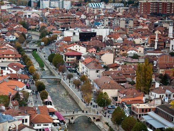 de bekende stad in kosovo - prizren - vanuit de lucht gezien