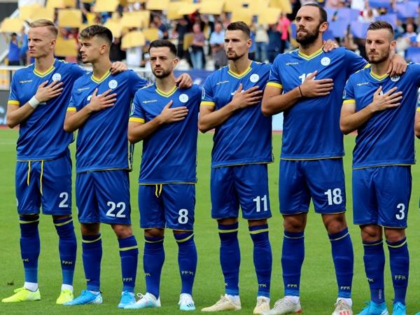 voetballers van kosovaars nationaal team tijdens het volkslied
