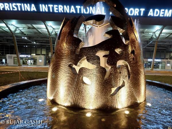 standbeeld voor het vliegveld van pristina in kosovo