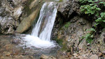 waterval in de rugova vallei waar mensen albanees spreken