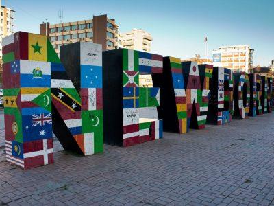 het newborn-monument in de kosovaarse hoofdstad Pristina
